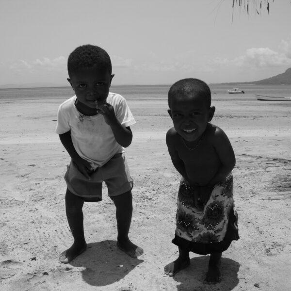 Sorrisi di bimbi in spiaggia a Nosy be