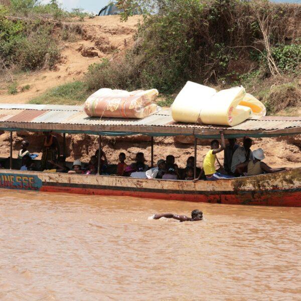 barca con malgasci sul fiume tsiribihina in Madagascar