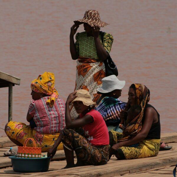 donne sul fiume tsiribihina in madagascar