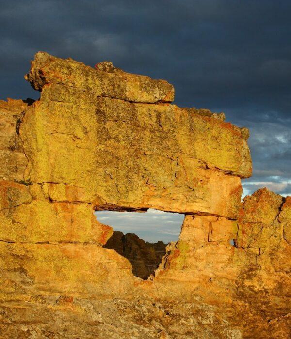 Roccia chiamata la finestra dell'Isalo nel parco nazionale in Madagascar